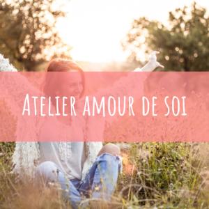 atelier en ligne amour de soi femme assise dans l'herbe heureuse