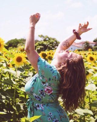 Gratitude for the Sunshine  Gratitude for the Moonlight   J'adore cette chanson de @londrelle ❣  Je voulais simplement exprimer ici toute la gratitude que j'ai en moi en ce moment. Depuis plus d'un mois beaucoup de choses bougent en moi et à l'extérieur.   Malgré quelques douleurs, peurs, stress je ressens énormément de gratitude pour ce que j'ai pu vivre et ce que je vis en ce moment.  J'aime aussi me dire qu'après la tempête arrive le soleil ☀ Et c'est un peu ce qui m'arrive on dirait.   Des opportunités nouvelles, des croyances qui se libèrent, des partages d'expériences, de belles énergies,... ❤  Même dans la tempête j'ai toujours confiance en la vie, en l'Univers. Je sais que tout ce qu'il m'arrive, je suis capable de le vivre et que c'est pour une bonne raison que je le vis.  C'est certainement plus facile à le dire plutôt qu'à le vivre mais pourtant c'est ce que je ressens au fond de moi.   Et encore plus aujourd'hui, encore plus maintenant, je sais que tout est juste, même quand je trouve que ce n'est pas juste. Car absolument tout ce que je vis est là pour moi.   Tout ce que tu vis est là pour toi, pour une bonne raison. Même si, aujourd'hui, peut-être que tu ne le comprends pas et ne le vois pas 🙏   Alors oui, j'ai de la gratitude et je ressens de la gratitude même en pleine tempête.   Quand tous semble foutre le camps, j'ai de la gratitude.   C'est ce qui me fait me sentir humaine. C'est ce qui me fait me sentir vivante.  Car dans la joie, ou dans la colère, la tristesse, je ressens des émotions et je suis vivante.  Gratitude tout simplement pour l'Univers et la vie 🤍  Douce soirée ✨  #gratitude #reconnaissance #etatdesprit #penséepositive #positivité #optimiste #attitudepositive #energiespositives #viepositive #harmonie #equilibredevie #ombreetlumiere #loidattraction #chemindevie #paixinterieure #eveilspirituel #ancrage #holistique #manifester  #etrelibre #sevaloriser #reconnexionasoi #vivresaviepleinement #vivrepositivement  #avancerpositivement #bullep